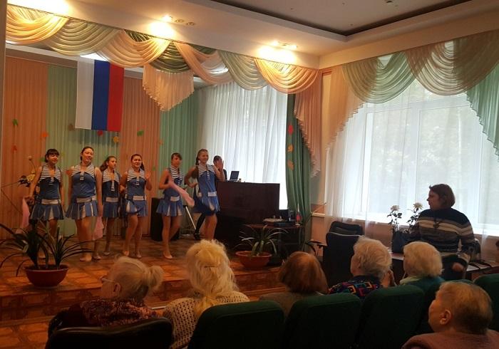 Комсомольцы поздравили ветеранов войны и труда с Днем пожилого человека